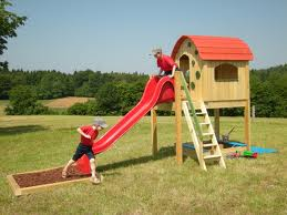 Otroška hišica s toboganom
